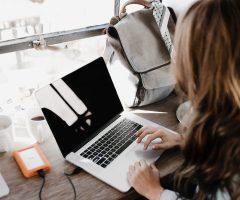 Bună, eu sunt Raluca și scriu (manifest pentru blogging)